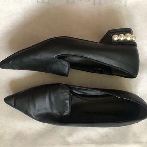 Pearl heel black pointed shoes